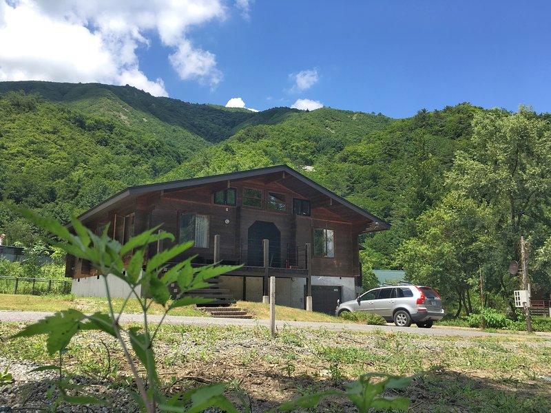 Woodpecker Chalet 3 bedroom LOG HOUSE with a CAR, casa vacanza a Chubu