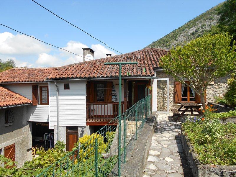 GÎTE 9 Pers. avec grande cheminée et vues sur les Pyrénées - maison entière, holiday rental in Siradan