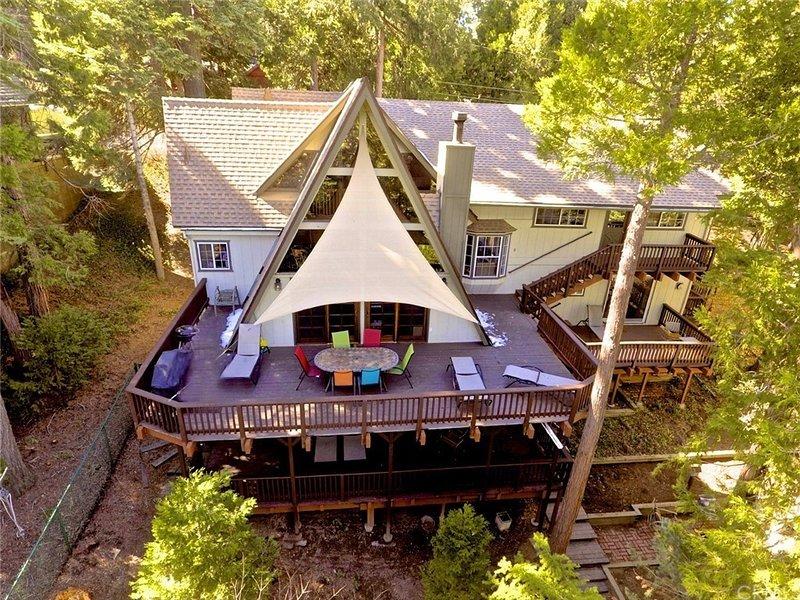 5-STAR 5 BR, 4 BA BEAUTFUL HOUSE+APARTMENT!- STROLL TO LAKE! FREE BEACH PASSES!!, alquiler de vacaciones en Skyforest