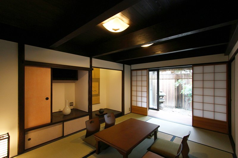 Spacious, Good for BIG&small groups! FREE WiFi x Quiet Location x2Toilets, holiday rental in Suita