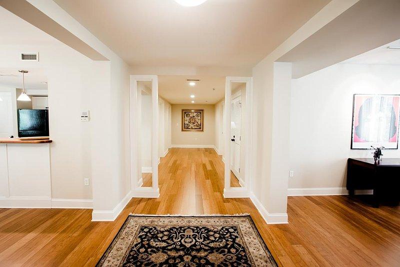 Vista dell'entrata e pavimento in legno