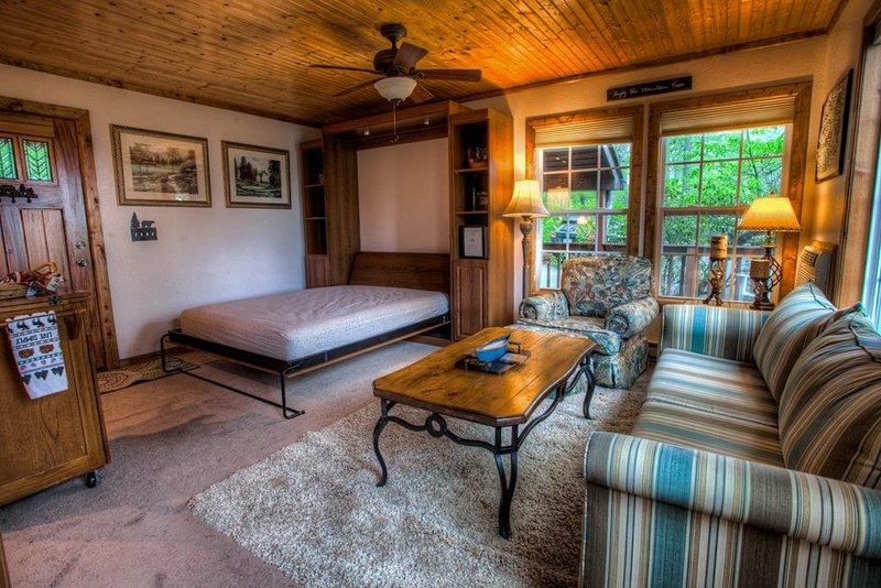 Sala de estar no primeiro andar e área de dormir extra