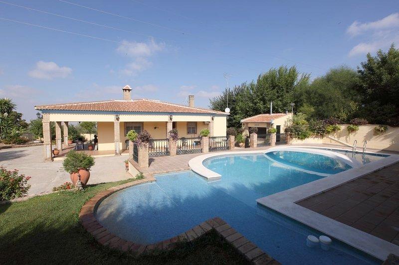 Big villa with swimming-pool & Wifi, alquiler de vacaciones en Sanlúcar la Mayor