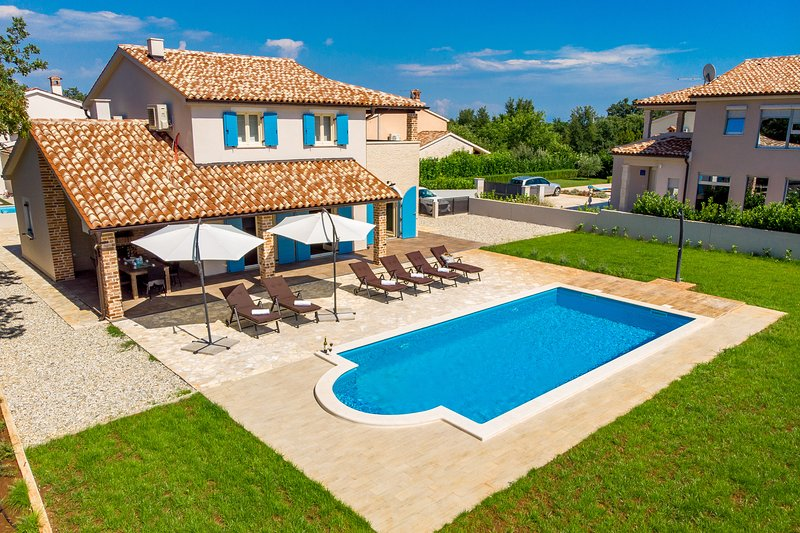 Spacious villa with swimming-pool, holiday rental in Bratulici