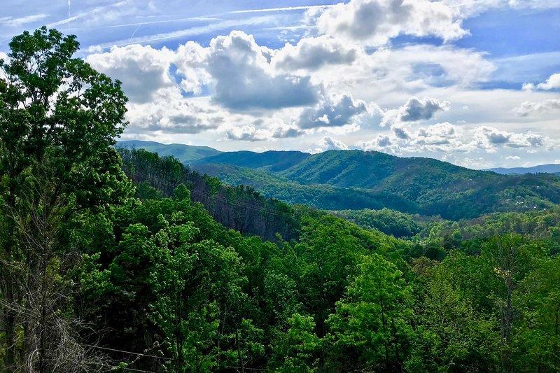 Montanhas, árvores e vistas do céu por dias.