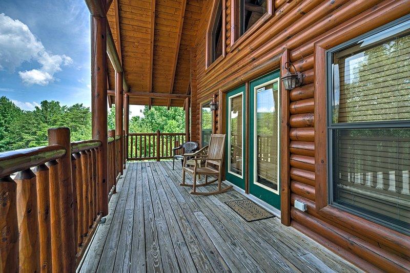 Le lodge dispose d'une terrasse à 3 côtés et offre une vue imprenable sur les Smokies!