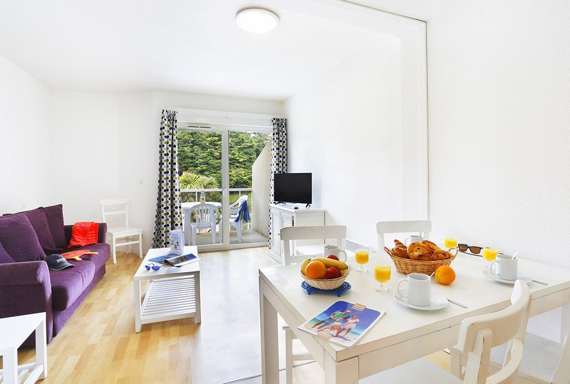 Welcome to our lovely 1 Bedroom Apartment with Alcove in Saint-Briac-Sur-Mer!