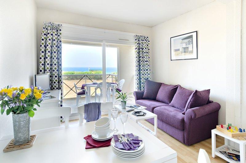 De woonkamer is licht en warm, ideaal om te ontspannen na een geweldige dag.