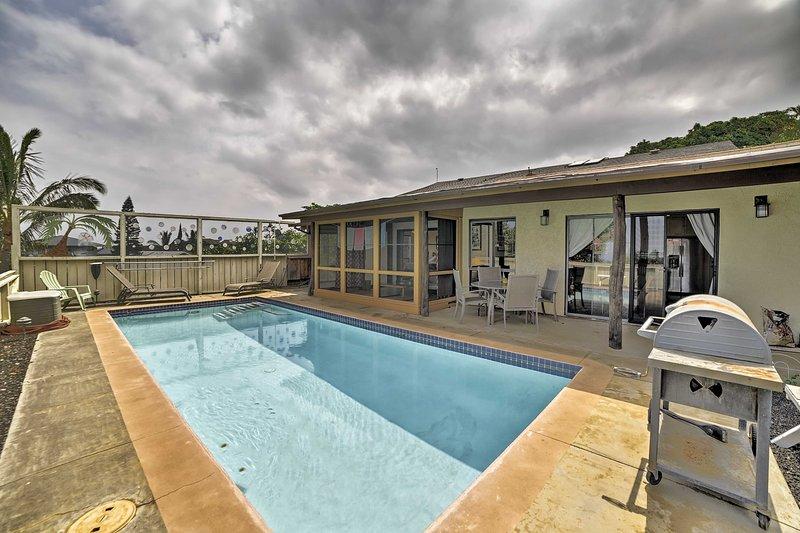 Refrescarse con un refrescante baño en la piscina.