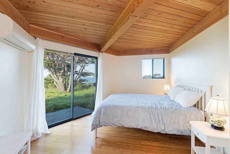Panorama - Master Bedroom: Queen Bed