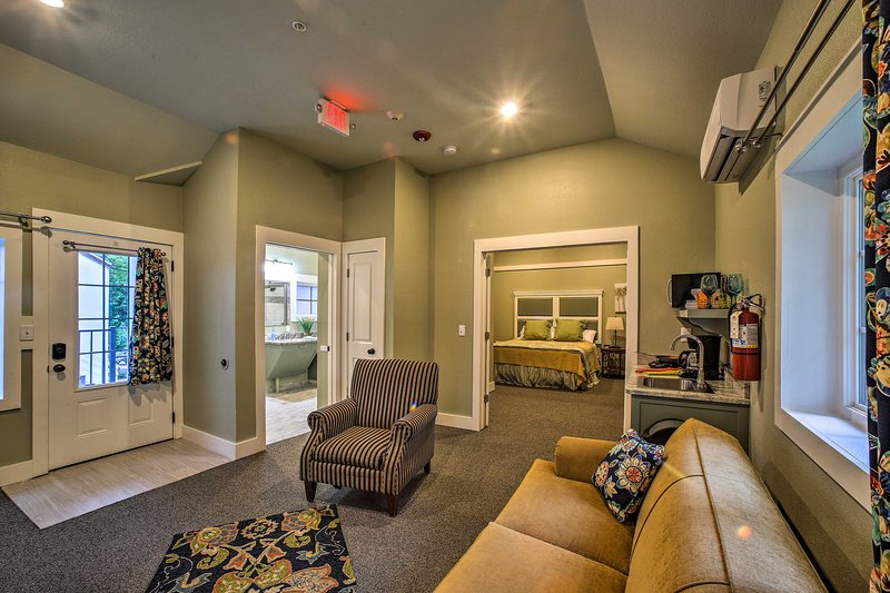 Esta pintoresca unidad tiene mucho espacio para una cabaña de 1 dormitorio.