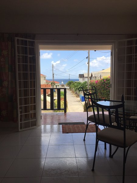 1 bedroom apt 5 mins walk to beach - sea view!, location de vacances à Saint-James