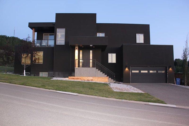 Contemporary Luxury Home near Attractions, Rocky Mountains, Canada Olympic Park, location de vacances à Cochrane