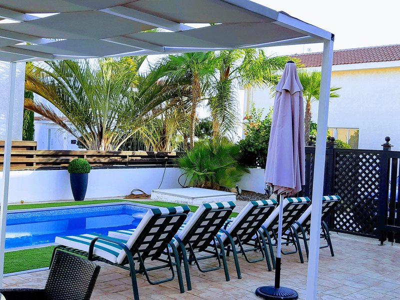 Private pool with sunbeds, gazeebo, rattan table set and pool games. FREE Wi-Fi available.
