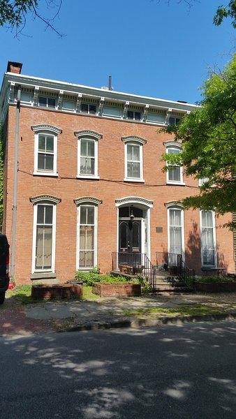 Dieses Federal Style Haus wurde 1860 erbaut und befindet sich im National Registry of Historic Homes!