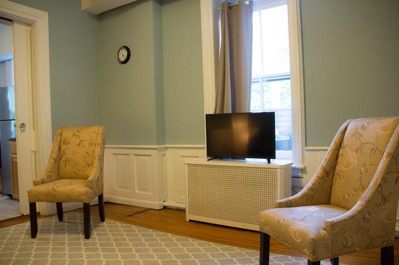 Das Wohnzimmer verfügt über einen neuen Flachbild-ROKU-TV.
