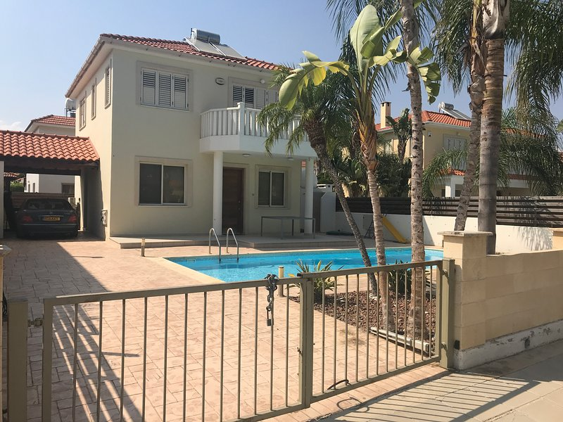 Stunning Villa, 200 meters from the Sea, Larnaca, 5 min to Meneou Beach Bar, holiday rental in Pervolia