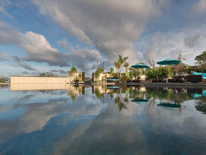 Pandawa Cliff Estate - The Pala - Wolkenschatten über Pool