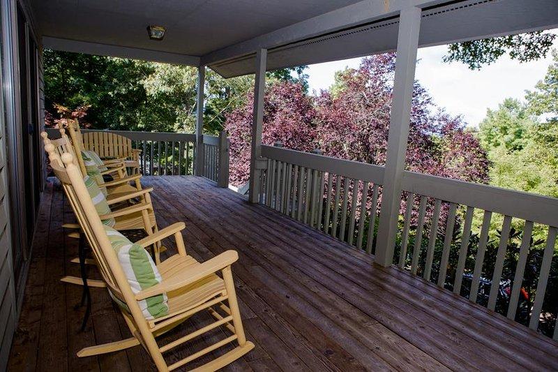 Lehnen Sie sich zurück und entspannen Sie sich auf einem der vorderen Veranda Rocker
