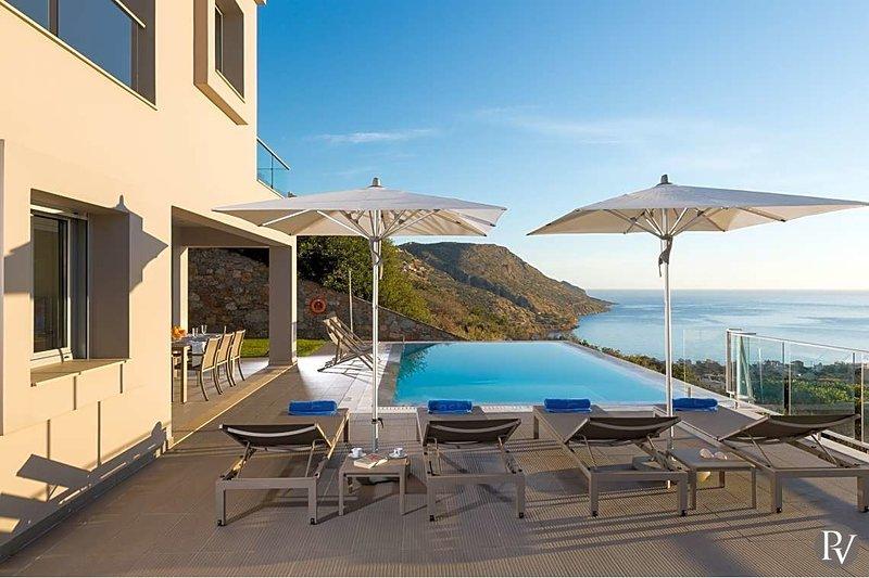 Plaka Villa Sleeps 6 with Pool and Air Con - 5654234, casa vacanza a Plaka
