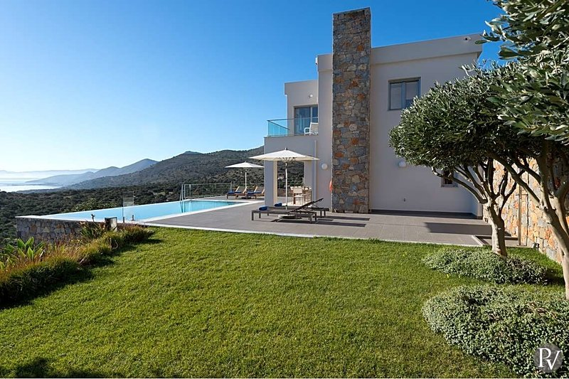 Plaka Villa Sleeps 6 with Pool and Air Con - 5654235, casa vacanza a Plaka