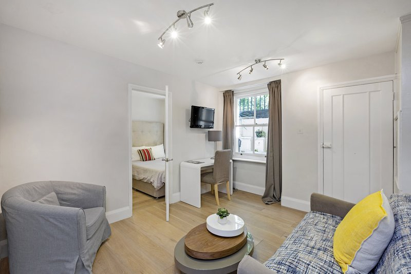 Hyde Park Apartment with Patio, holiday rental in Willesden