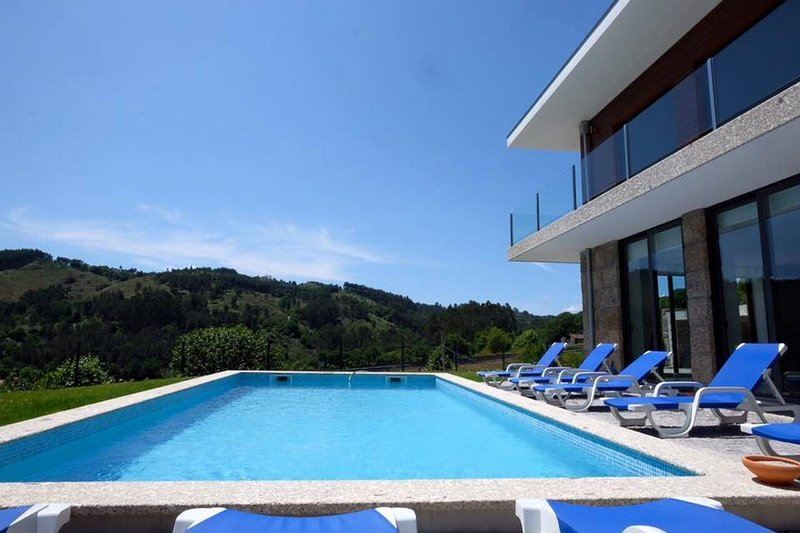 Spacious villa with swimming-pool, holiday rental in Sobradelo da Goma