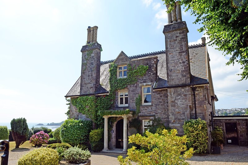 Beautiful Country Manor House, Sea Views, Log Burner, Large Gardens, alquiler de vacaciones en Saundersfoot
