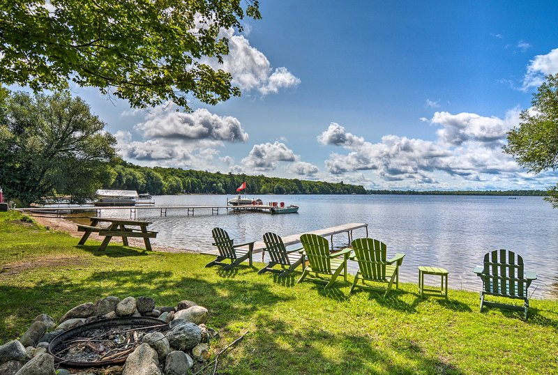 Cozy Carp Lake Cottage w/Dock, 4 Kayaks & Fire Pit, aluguéis de temporada em Carp Lake