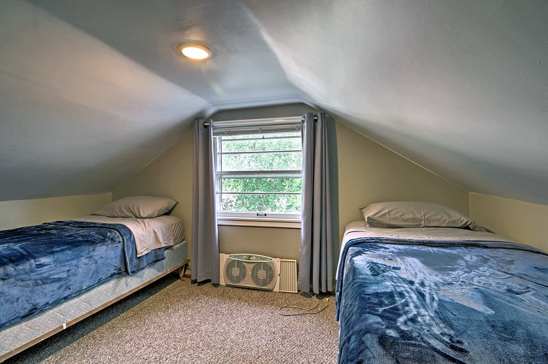 Two rooms each feature 2 twin beds.