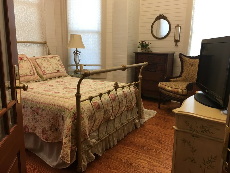 The cozy Ivory Pearl Suite with full size bed & full bath.