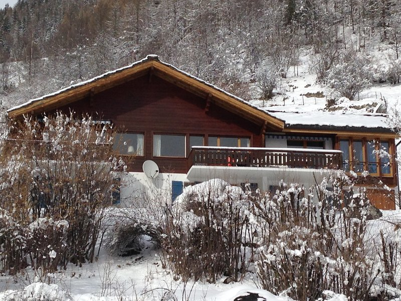 Welcoming double chalet for 8 or 4/5 people with stunning view in authentic town, aluguéis de temporada em Evolene