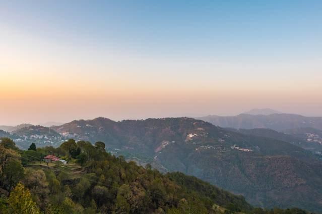 O belo vale visto da vila no momento do pôr do sol