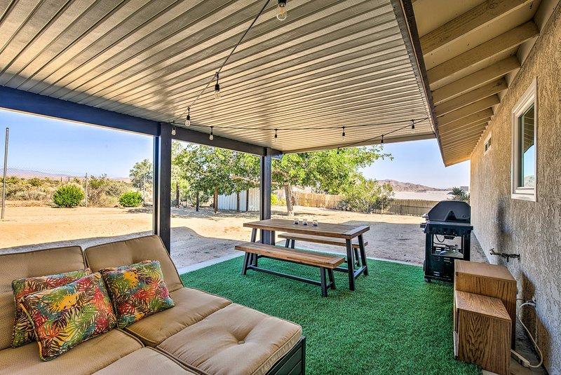 Rustic Home w/ Grill+Views - 4 Mi. to Joshua Tree!, holiday rental in Joshua Tree