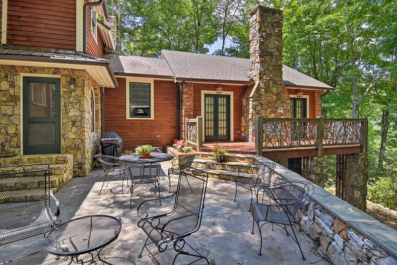 The spacious back deck also offers mountain views and lots of outdoor seating.