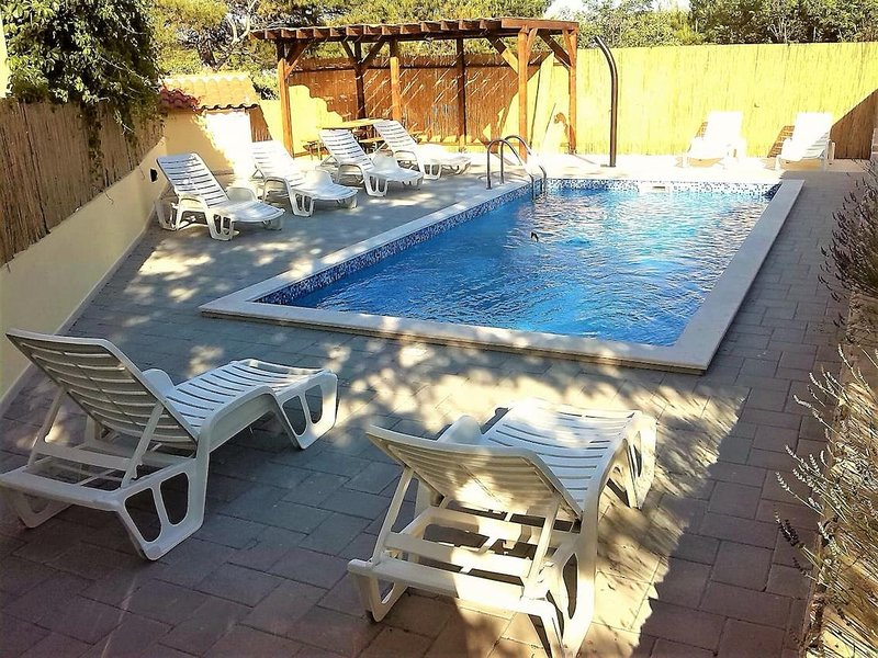 Lozice Apartment Sleeps 6 with Pool and Air Con - 5644602, holiday rental in Vir
