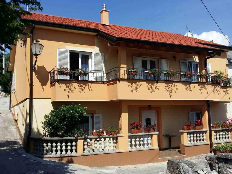 Smrika Apartment Sleeps 5 with Air Con - 5582960, alquiler vacacional en Smrika