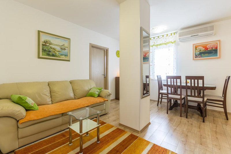 Vranjic Apartment Sleeps 3 with Air Con - 5584951, holiday rental in Vranjic
