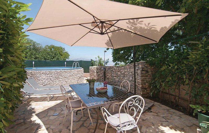 Skrip Holiday Home Sleeps 6 with Pool and Air Con - 5621704, holiday rental in Skrip
