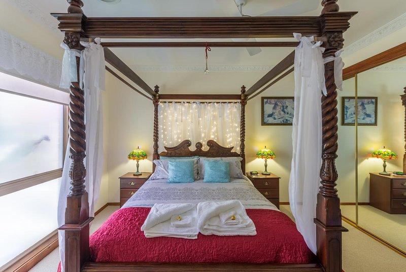 Sensationele romantische grote slaapkamer met vintage meubels en stijlvolle details. Zeker om indruk te maken