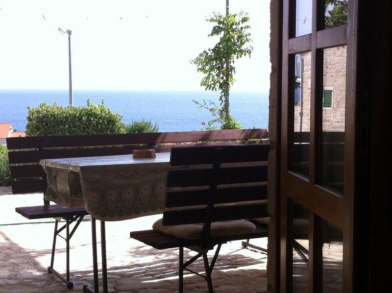 Ivan Dolac Apartment Sleeps 6 with Air Con - 5628805, location de vacances à Vrisnik