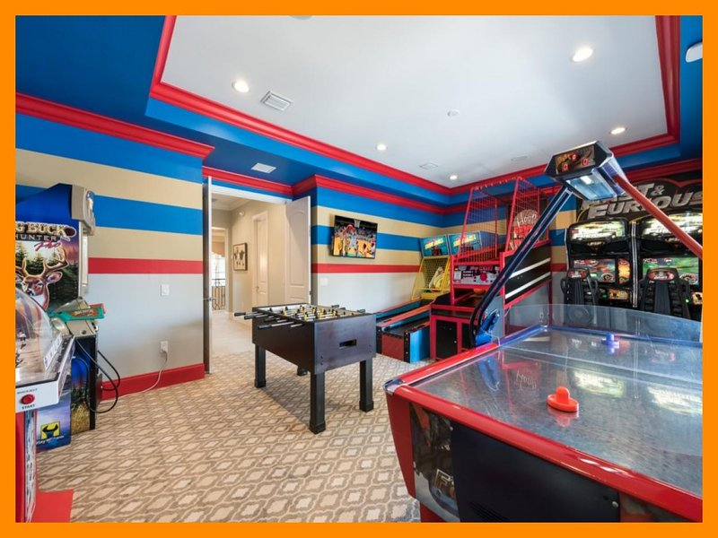 Reunion Resort 300 - villa with pool, golf simulator, gaming arcade and home the, holiday rental in ChampionsGate
