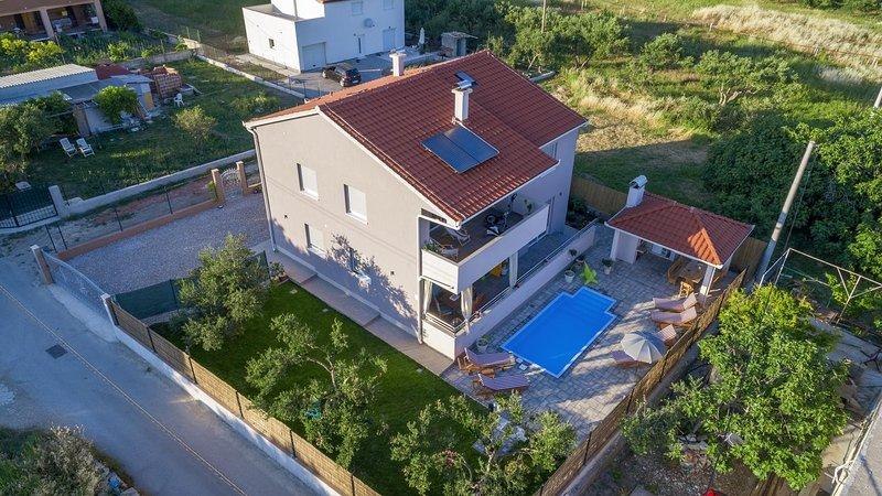 Kastel Gomilica Holiday Home Sleeps 10 with Pool and Air Con - 5634894, alquiler de vacaciones en Kastel Stari