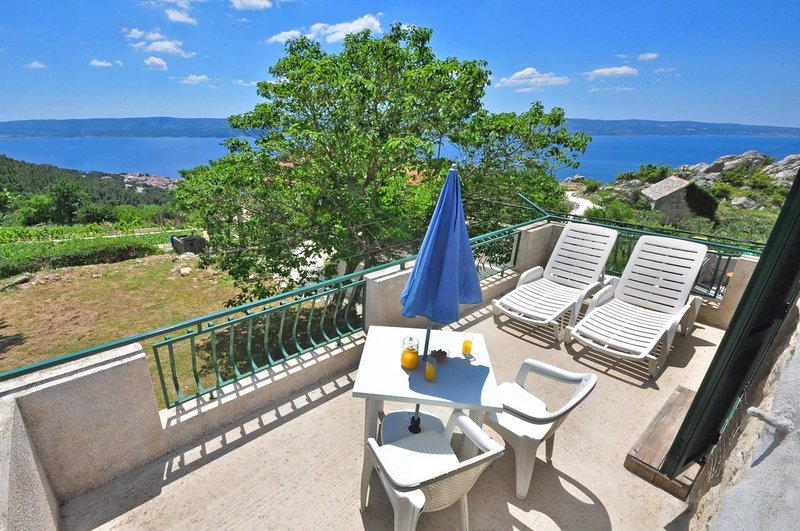 Omis Apartment Sleeps 3 with Air Con - 5636249, holiday rental in Borak