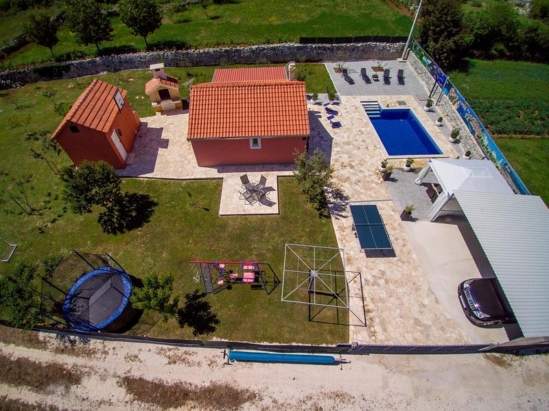 Radosic Holiday Home Sleeps 5 with Pool and Air Con - 5643869 – semesterbostad i Prgomet
