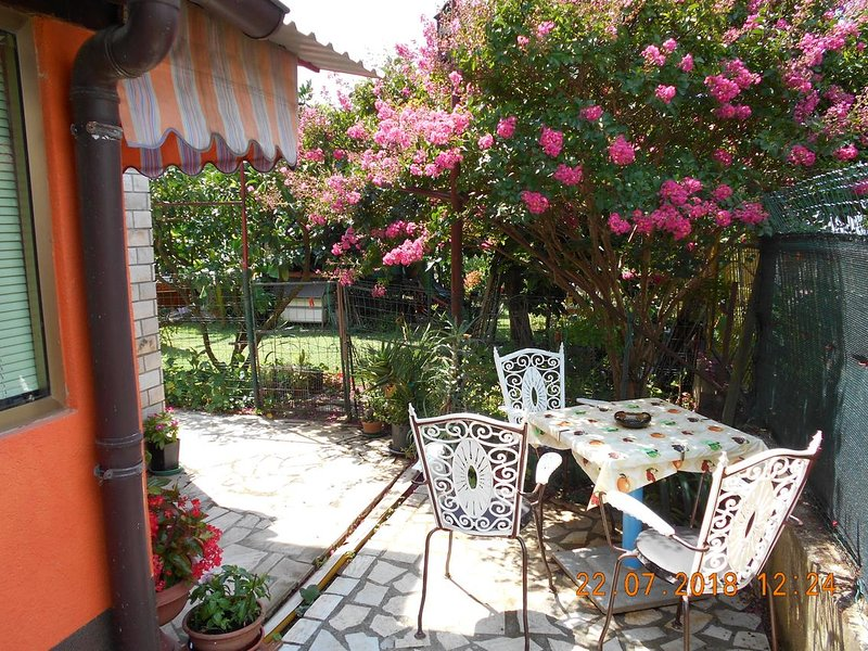 Pula Apartment Sleeps 3 with Air Con - 5652630, holiday rental in Vintijan