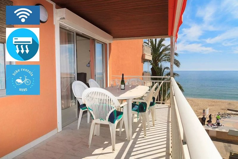 Large summer terrace with panoramic views of the Mediterranean and promenade. Table with 6 seats.