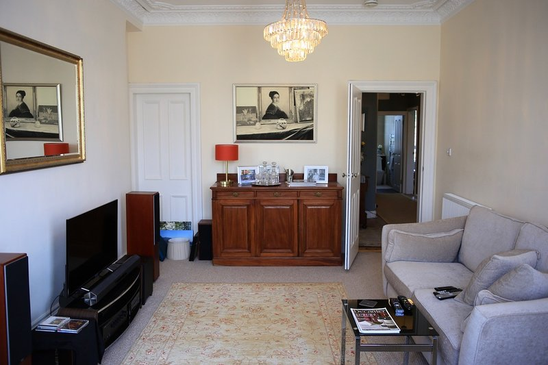 Cosy and Stylish Apartment in the Polwarth Area of Edinburgh, holiday rental in Penicuik