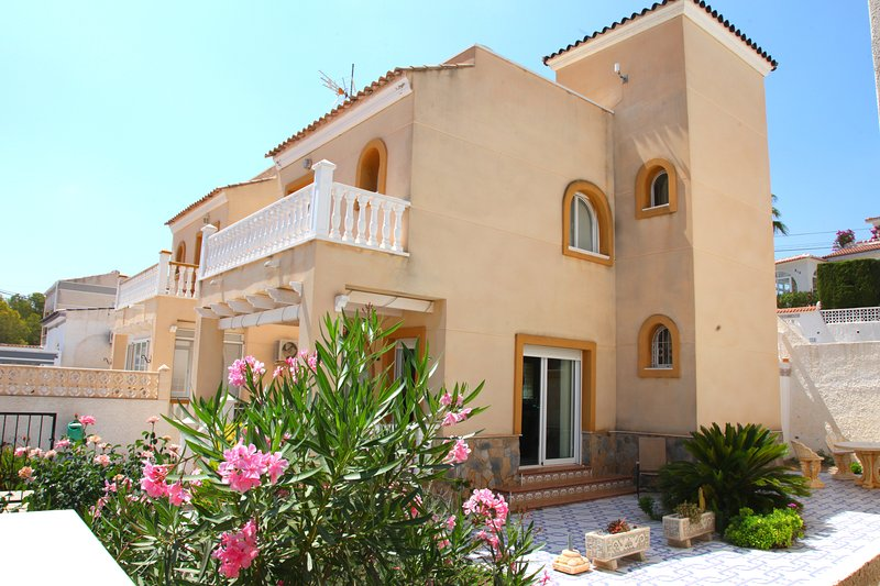 Villamartin Detached Villa, Gas C.Heating, Free WiFi & Air Con. Few mins Beach, location de vacances à San Miguel de Salinas