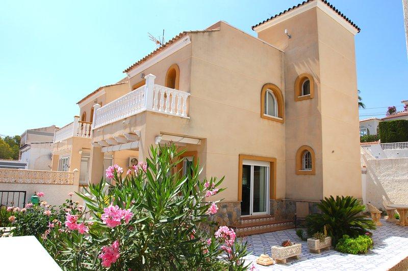 Villamartin Detached Villa, Gas C.Heating, Free WiFi & Air Con. Few mins Beach, location de vacances à Lo Rufete